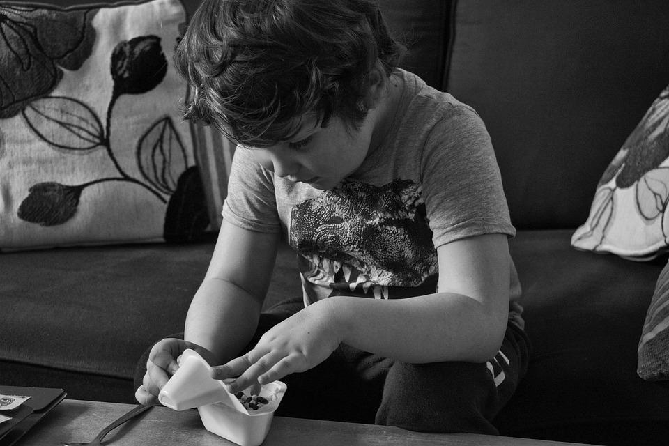 niño con autismo regalos navidad festividad alegría