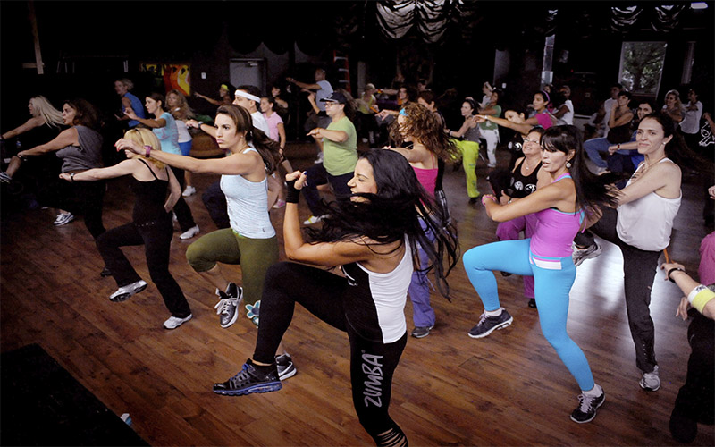 instructora de Zumba con Síndrome de Down bailando