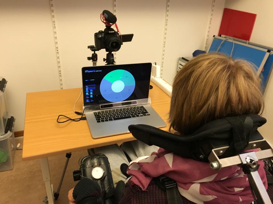 instrumento musical que se toca con la mirada discapacidad ayuda apoyo niños 2017 niñas