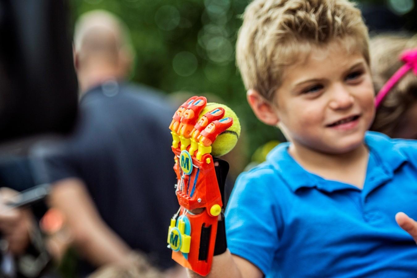 prótesis 3D para personas discapacidades discapacidad ayuda apoyo niños niñas