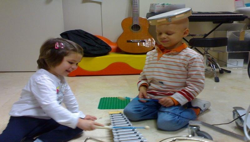 musicoterapia en el autismo ayuda apoyo niño niños niña discapacidad autismo