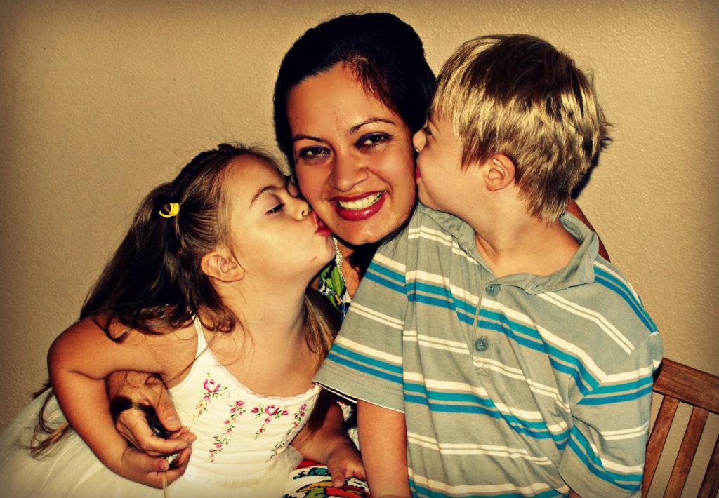 foto de madre con 2 hijos